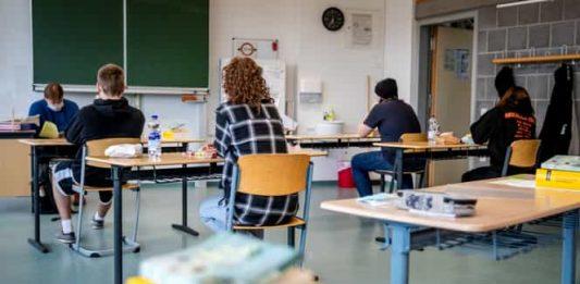 Pseudocomentariu literar - Cât să ținem ușa clasei deschisă
