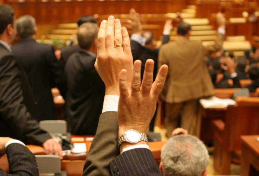 Proiectul de lege prin care profesorii primesc 2.000 de lei spor pe toată perioada stării de urgență și a celei de alertă, adoptat de Senat