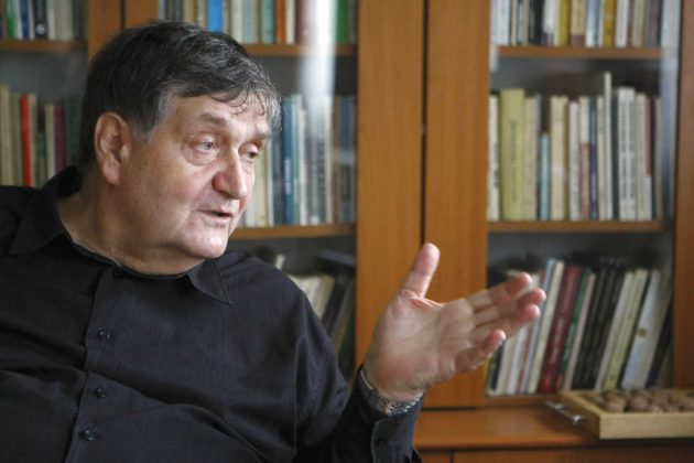 """Interviu cu Alex. Ștefănescu: """"Mă bucur de fiecare dată să constat că există în România și tineri care citesc"""""""